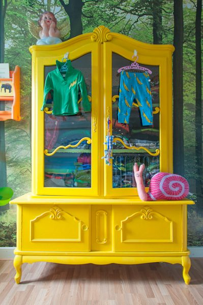 yellow painted hutch zilverblauw-elle